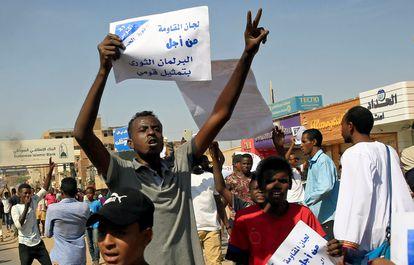 Manifestantes sudaneses en una protesta contra el Gobierno en Jartum, Sudán, el 21 de octubre de 2020.