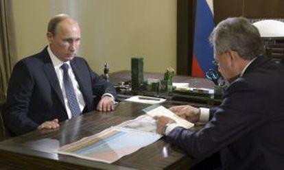 Vladimir Putin (izquierda) y el ministro de Defensa, Sergei Shoigu, en Sochi, este miércoles.