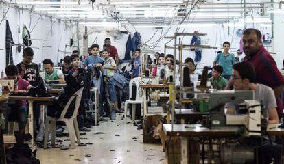 Mahmud al Badi, empresario de textiles de Alepo, en su nueva fábrica en Latakia.