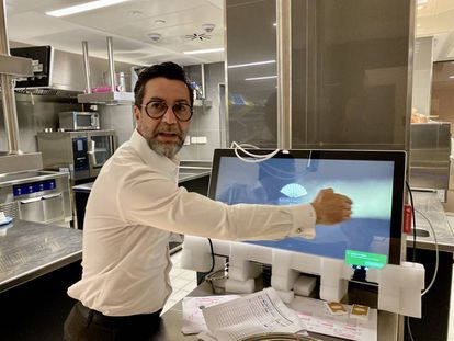Euique Dacosta mostrando sistemas de digitalización J.C. CAPEL