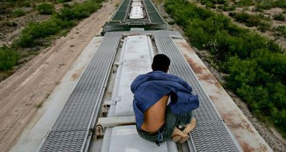 Un inmigrante viaja sobre en un tren en México hacia EE UU