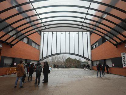 Alumnos esperan este lunes para entrar en un examen en la Universidad Rey Juan Carlos de Madrid.