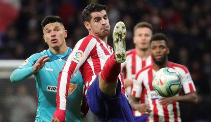 El delantero del Atlético de Madrid Álvaro Morata lucha con el argentino Facundo Roncaglia, de Osasuna, durante el partido de la jornada 17 de la Liga Santander.