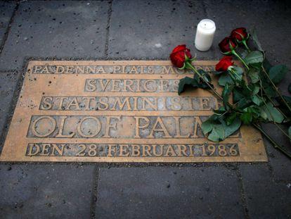 Rosas en la placa del lugar donde fue asesinado Olof Palme en Estocolmo, en una imagen de 2011.