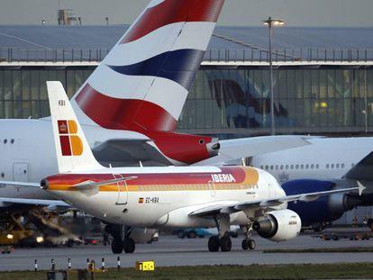 Un avión de Iberia en el aeropuerto de Heathrow.