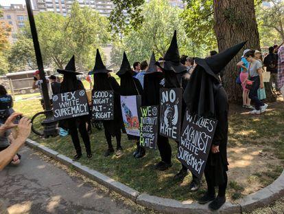 Miembros del grupo feminista  W.I.T.C.H. en una manifestación en Boston en 2017.