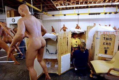 Dos operarios empaquetan un muñeco sexual masculino hiperrealista de la firma RealDoll en la fábrica Abyss Creations en San Marcos, California.