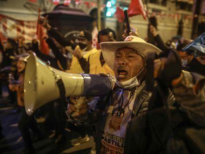 Simpatizantes de Pedro Castillo durante la espera de los resultados electorales, en Lima.