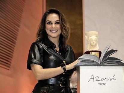 La periodista Mónica Carrillo posa con su galardón tras ganar el Premio Azorín 2020.