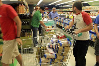Militantes del Sindicato Andaluz de Trabajadores roban alimentos para dárselos a los pobres.