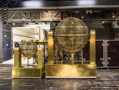 Los bombos del sorteo Extraordinario de Lotería de Navidad a su llegada al Teatro Real de Madrid.