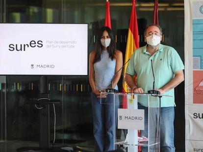 La vicealcaldesa de Madrid, Begoña Villacís, junto junto a Enrique Villalobos, presidente de la FRAVM, en la presentación del Plan SURES.