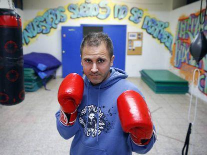 El entrenador de boxeo Julio Rubio posa en una sala en el espacio asociativo de la UVA en Madrid.