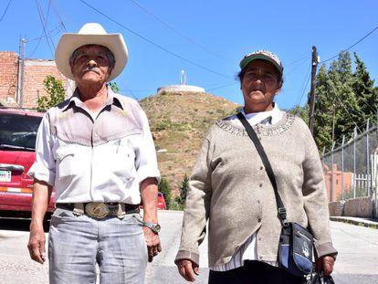 J. I. Martínez y Guadalupe Jasso, delante del cerro donde quieren construir la virgen.