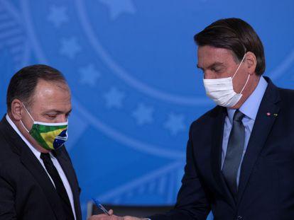 El presidente Jair Bolsonaro junto al general Eduardo Pazuello tras ser confirmado como ministro de Sanidad de Brasil, en septiembre de 2020.