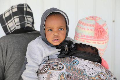 Un bebé rescatado llega a una bse naval en Trípoli (Libia) este martes.