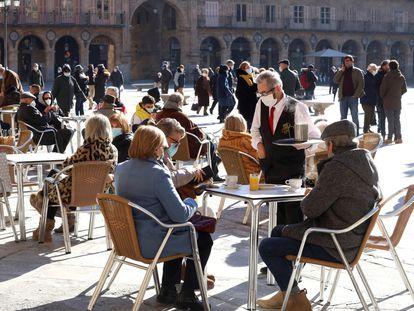 Varias personas disfrutan de una terraza en Salamanca.