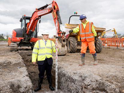 El primer ministro Boris Johnson en una visita a las obras de una fábrica de Siemens el 6 de julio.
