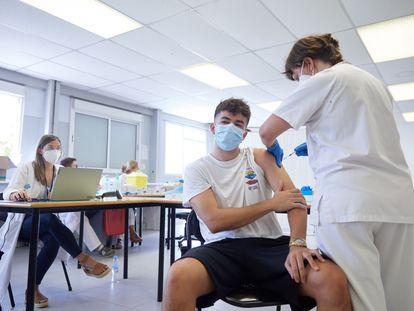 Un joven se vacuna en un centro sin cita previa en la Universidad de Girona este martes.