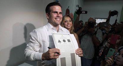 El gobernador Ricardo Rosselló muestra su papeleta.