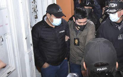 Álvaro Coímbra (en el centro), exministro interino de Justicia, sale del Instituto De Investigaciones Forenses (IDIF) en La Paz (Bolivia), este viernes.