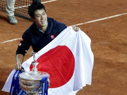 Kei Nishikori posa con la bandera de Japón y el trofeo del Godó.