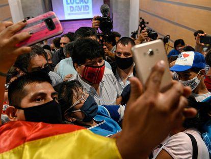 El expresidente de Bolivia Evo Morales, rodeado de seguidores este lunes tras una rueda de prensa en Buenos Aires.