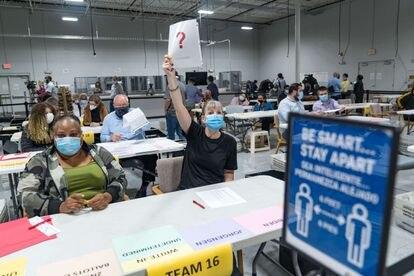 Una trabajadora electoral de Gwinnett hace una pregunta durante el recuento de los votos de las elecciones en Lawrence (Georgia, Estados Unidos), el 13 de noviembre de 2020.