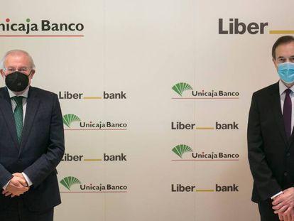 Manuel Azuaga, presidente de Unicaja, y Manuel Menéndez, consejero delegado de Liberbank, en diciembre.