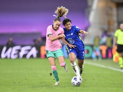 La azulgrana Graham Hansen disputa un balón con Jessica Carter durante la final de la Champions League.