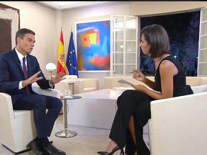 Pedro Sánchez entrevistado por Ana Pastor en 'El objetivo'. Curiosamente, uno de los temas más comentados en redes sociales ha sido el calzado del presidente.