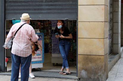 Dos personas conversan en Lleida este lunes 13 de julio.