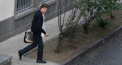Eufemiano Fuentes saliendo de su laboratorio en diciembre de 2010.