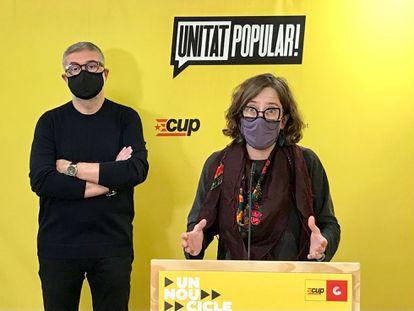 Carles Riera y Eulàlia Reguant, diputados de la CUP en el Parlamento catalán, en una rueda de prensa en marzo.