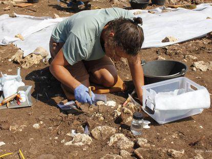 Un arqueólogo trabaja en las excavaciones de Castillejos de Alcorrín (Málaga).