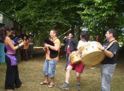 Miembros de <i>Os Galaicos</i>, tocando durante un festival en Francia. Cristóbal Bertandeau es el segundo gaiteiro empezando por la izquierda.