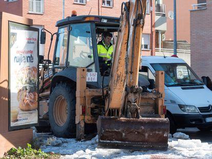 Operarios del Ayuntamiento de Madrid, durante la retirada de la nieve y el hielo de las calles de la ciudad.