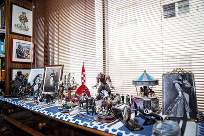 Colección de objetos y recuerdos en la casa de Fernando Savater.