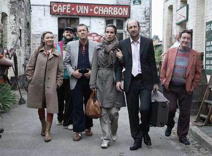 Fotograma de <i>Bienvenidos al norte</i> con Dany Boon (tercero por la izquierda) y Kad Merad (segundo por la derecha).