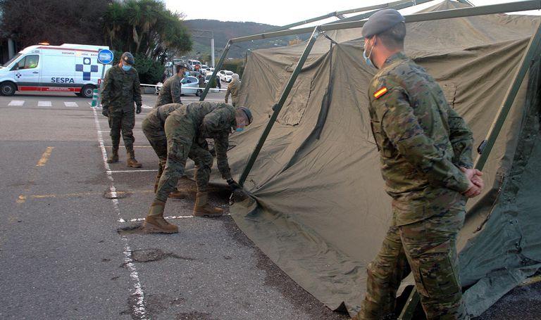 Un equipo militar monta un hospital de campaña para pacientes con covid-19 el 23 de octubre en el aparcamiento del Hospital de Cabueñes (Gijón).