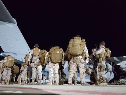 Soldados españoles embarcan este lunes en el primero de los dos aviones militares A400M rumbo a Dubái para las labores de repatriación.
