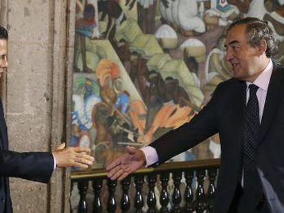 El presidente de México, Enrique Peña Nieto, saluda al presidente de la CEOE, Juan Rosell.