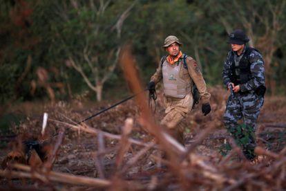 Policías participan en la búsqueda del asesino serial Lázaro Barbosa, el 22 de junio en Goias, Brasil.