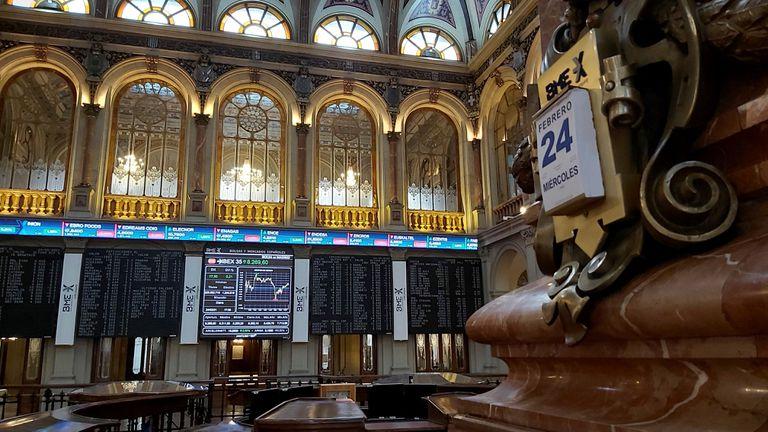 Un panel muestra la evolución del Ibex 35 en la Bolsa de Madrid este miércoles.