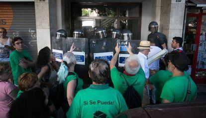 Los Mossos ejecutan un desahucio, ayer, en la calle de Moianès, en Barcelona.