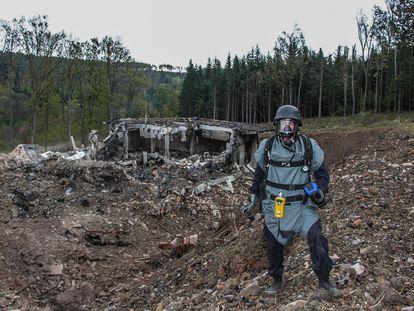 Un inspector analiza los daños provocados por una explosión en el depósito de municiones de Vrbetica, en República Checa, en octubre de 2014.