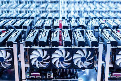 Una granja de bitcoins, con decenas de ordenadores conectados.