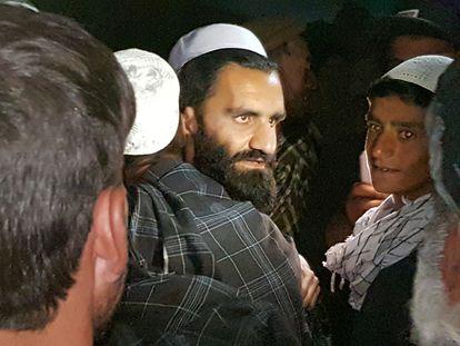 Un talibán recién liberado es recibido por varios familiares a su salida de la cárcel de Bagram, al norte de Kabul.