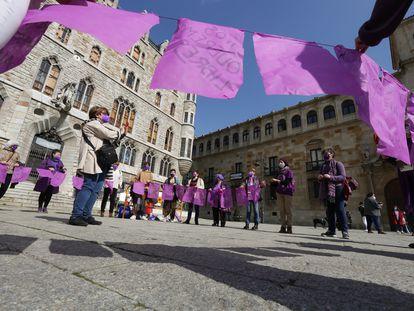 Homenaje a las mujeres leonesas con motivo del Día Internacional de la Mujer, frente a la Casa Botines, en León.