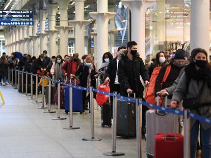 Cola de viajeros en la estación de St. Pancras en Londres para tomar el último tren a París.